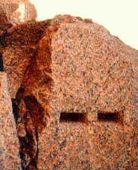 Вырезанные пазы в скале Асуанского карьера